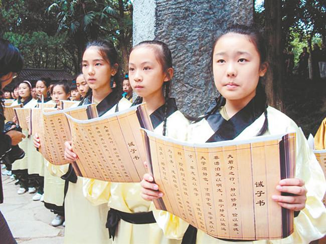 """读书节上,学生在""""我的中国梦""""演讲赛和""""我最喜爱的一本书""""活动中锻炼"""